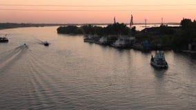 Post- kommersiella och privata fartyg svävar längs floden arkivfilmer