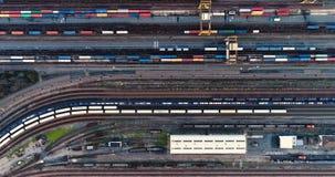 Post met goederentreinen en containers stock video