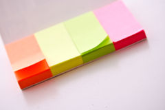Post-It mit Feder Stockfotografie