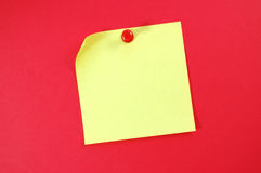 Post-it note. Blank post it note with a pushpin Royalty Free Stock Images