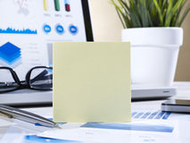 Post it on office table Royalty Free Stock Photos