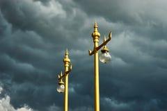 Post in onweer bij tempel Stock Afbeelding