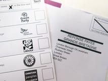 Post- rösta formen och kuvertet royaltyfri bild