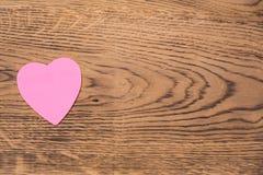 Post-it rose de coeur sur un fond en bois Traduction : ?Je t'aime ? image libre de droits
