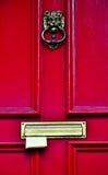 Post som klibbar i en röd trädörr Royaltyfri Fotografi