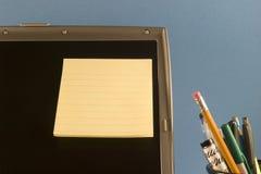 Post-it sur l'ordinateur portatif Photo stock