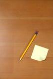 Post-It und Bleistift auf Schreibtisch Stockfotografie