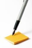 Post-It und Schreibensfeder Stockbild