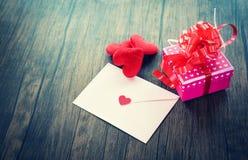 Post Valentine Letter Card för förälskelse för kuvert för ask för valentindaggåva rosa med röd hjärtaförälskelseromantiker arkivbild