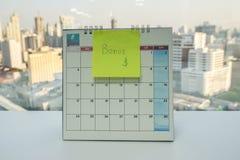 Post-it van jaarlijkse bonus op Juni-kalender in bureau stock foto's