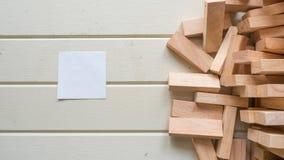 Post-it y bloque de madera en el fondo de madera fotografía de archivo