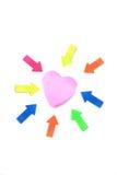 Post-it y flechas de la forma del corazón foto de archivo