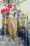 Postać średniowieczny rycerz w opancerzeniu przy wejściem restauracja zdjęcie stock