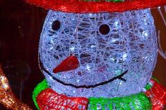 Postać bałwan dekorował z świecącymi girlandami Zdjęcie Stock