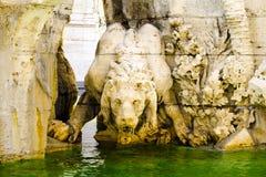 Postać Drinknig lew, czerep fontanna Cztery rzeki, Navon kwadrat, Rzym, Włochy fotografia stock
