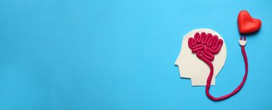 Postać mężczyzna z móżdżkowym i czerwonym sercem Miłość i inteligencja obraz stock