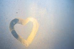 Postać serce na zamarzniętym okno w mieście Obraz Stock