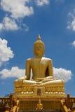 Postać Złoty Buddha w niebie Tajlandia Zdjęcie Stock