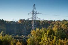 Posta ad alta tensione al backg ad alta tensione del cielo della torre della foresta di autunno Fotografie Stock