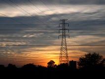Posta ad alta tensione al tramonto. Immagini Stock Libere da Diritti