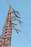Posta ad alta tensione della torre elettrica con cielo blu Fotografia Stock