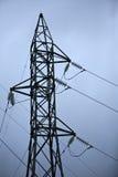 Posta ad alta tensione elettrica con il fondo del cielo Immagini Stock