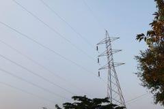 Posta ad alta tensione elettrica con il fondo del cielo - alta tensione po Fotografie Stock