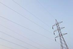 Posta ad alta tensione elettrica con il fondo del cielo - alta tensione po Fotografia Stock