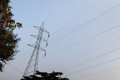 Posta ad alta tensione elettrica con il fondo del cielo - alta tensione po Fotografia Stock Libera da Diritti
