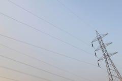 Posta ad alta tensione elettrica con il fondo del cielo - alta tensione po Fotografie Stock Libere da Diritti