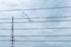 Posta ad alta tensione o Nuvola ad alta tensione del cielo e della torre Immagini Stock