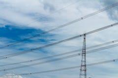 Posta ad alta tensione o Nuvola ad alta tensione del cielo e della torre Fotografie Stock Libere da Diritti