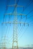 Posta ad alta tensione Pali elettrici di potere Immagine Stock