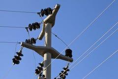 Posta ad alta tensione Pali elettrici di potere Immagini Stock