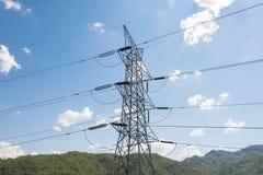 Posta ad alta tensione, torre ad alta tensione con il fondo del cielo blu Fotografia Stock Libera da Diritti