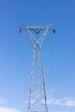 Posta ad alta tensione, torre del trasporto di energia contro cielo blu Immagini Stock Libere da Diritti