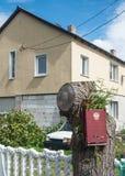 Posta in arrivo nel villaggio di Rybachiy, Russia immagine stock