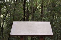 Posta bianca della guida con lo spazio della copia nel fondo della foresta, natura immagini stock
