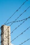 Posta con filo spinato contro il cielo Fotografia Stock Libera da Diritti
