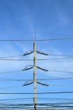 Posta concreta di elettricità sul fondo del cielo blu fotografia stock