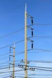 Posta concreta di elettricità sul fondo del cielo blu immagine stock libera da diritti