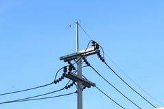 Posta concreta di elettricità sul fondo del cielo blu immagini stock