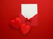 Posta, cuore e nastro della busta su fondo rosso Concetto di saluto di Valentine Day Card, di amore o di nozze Vista superiore Fotografia Stock Libera da Diritti