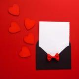 Posta, cuore e nastro della busta su fondo rosso Concetto di saluto di Valentine Day Card, di amore o di nozze Vista superiore Immagine Stock