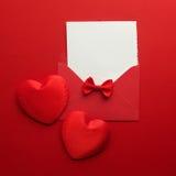 Posta, cuore e nastro della busta su fondo rosso Concetto di saluto di Valentine Day Card, di amore o di nozze Vista superiore Fotografie Stock