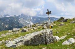 Posta dell'itinerario alta nella montagna Fotografia Stock