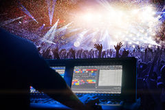 Posta dell'operatore di illuminazione al partito di discoteca Fotografia Stock