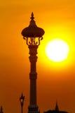 Posta della lampada con il tramonto del fondo fotografie stock libere da diritti