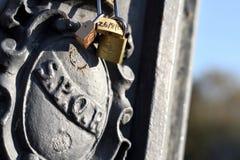 Posta della lampada di SPQR a Roma, Italia, con le serrature di amore ed il cielo blu immagini stock