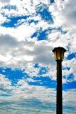 Posta della lampada e cielo nuvoloso Fotografie Stock